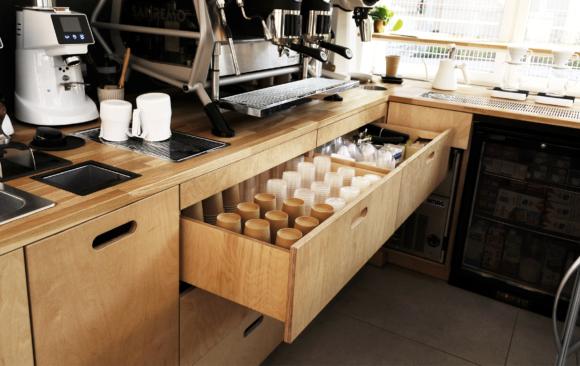 Realizacje: Meble w kawiarni Monko ze sklejki
