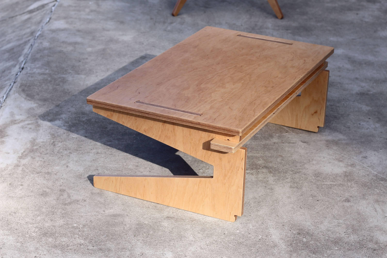 Niewielki stolik ze sklejki