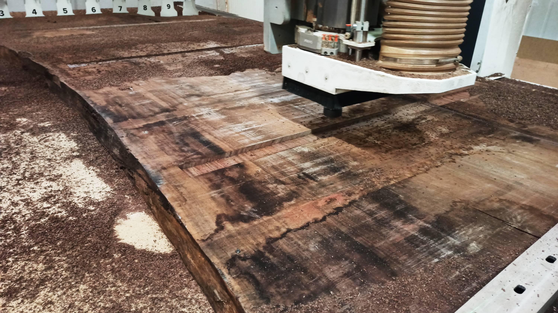 drewno w trakcie procesu frezowania CNC