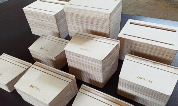 Realizacje: Frezowanie CNC stojaków na książki w sklejce